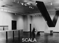 ******** Veduta della mostra 'Primary Structures', The Jewish Museum, NY, 27 Aprile - 12 Giugno 1966: Donald Judd, Senza titolo (1966) e Senza titolo (1966); Robert Morris, Senza titolo (2 aste a L); Robert Grosvenor, Transoxiana (1965)