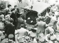******** Roma, 9 maggio. Via Caetani. Ritrovamento cadavere Aldo Moro. Il corpo senza vita di Moro nel bagagliaio di una Renault 4 rossa