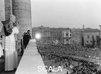 ******** Giovanni Paolo II si affaccia da San Giovanni in Laterano