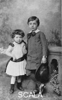 ******** Albert Einstein, (1879-1955), scienziato teoretico, con la sorella  Maja da piccoli, 1880-1889.