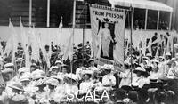 ******** Lo stendardo 'Dalla Prigione alla Cittadinanza' al corteo per l'Incoronazione delle Donne, Londra, 17 giugno 1911