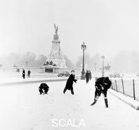Grant, Henry (1907-2004) Bambini giocano sulla neve, Londra, 1957